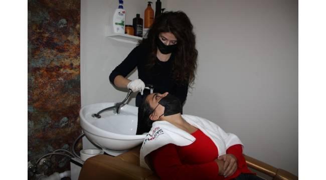 """Uzmandan saç bakımı uyarısı: """"Kimyasal ürünler yerine doğal ürünler tercih edilmeli"""""""