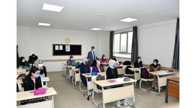 Vali Gürel'dem Kız İmam Hatip Lisesi'ni ziyaret etti