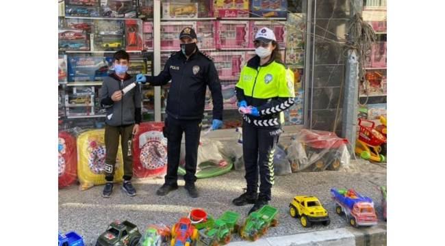 Yatağan polisinden çocuklara maske