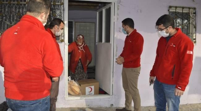 Ağrı'da kısıtlama nedeniyle ihtiyaçlarını karşılayamayan vatandaşlara gıda kolisi dağıtıldı