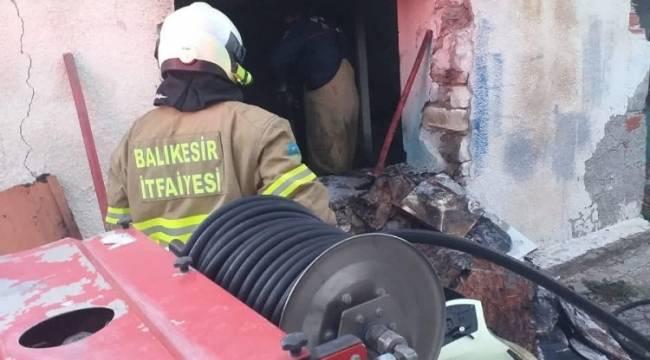 Ayvalık'ta metruk binadaki yangın söndürüldü