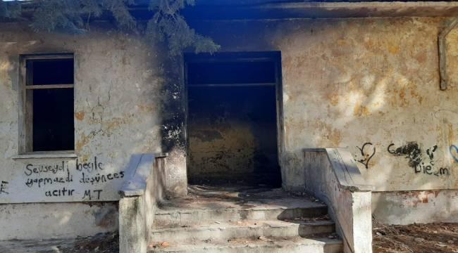 Ayvalık'ta metruk okul binasında çıkan yangın söndürüldü