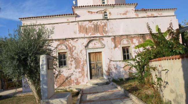 Didim Akbük'teki kilisesinin kapatılan dış kapılarındaki tahribat kaldırıldı