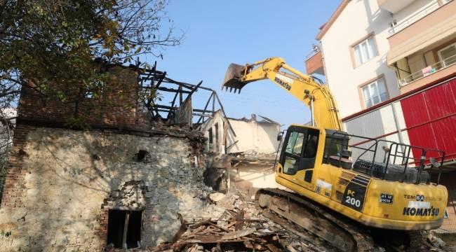 İzmit'te hasarlı yapıların yıkımı sürüyor