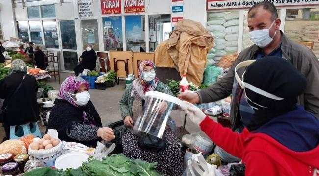 Kendi ürettikleri 400 siperlikli maskeyi dağıttılar