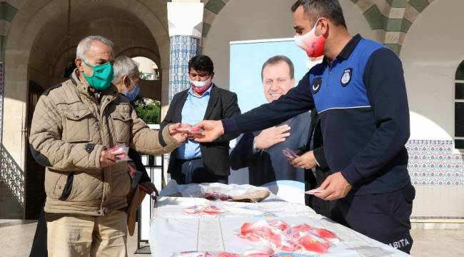 Mersin'de Cuma namazı çıkışı maske dağıtıldı