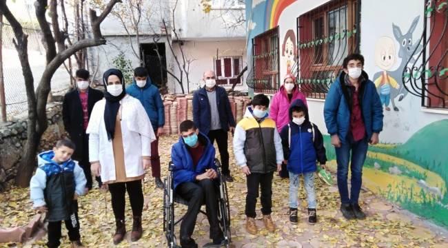 Sason'da engelli öğrencilere bot ve mont yardımı yapıldı
