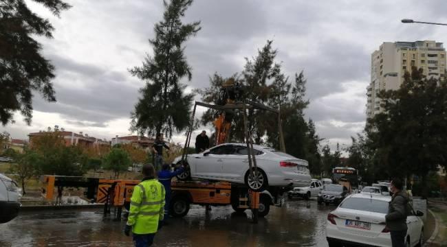 Su taşkınının ardından araçlar çekiliyor