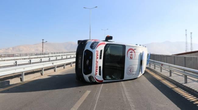 Vakaya giden ambulans devrildi