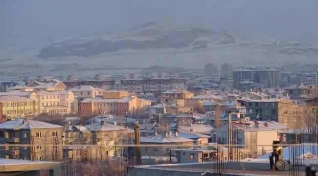 Van kent merkezine mevsimin ilk karı düştü