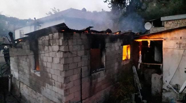 Yaşlı adam evinin yanışını çaresizce izledi