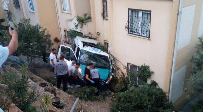 Menemen'de düğüne giden minibüsün freni patladı, apartman bahçesine düştü: 20 yaralı