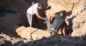 Bodrum'da inşaat kazısının yapıldığı alanda tarihi eser olduğu değerlendirilen duvarlar ortaya çıktı. Milyonluk proje çıkan tarihi duvarlar nedeniyle durduruldu...
