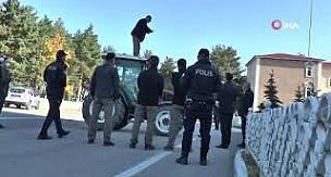 Erzurum'da traktörün üzerine çıkarak boğazına bıçak dayayan yaşlı adamı Vali Memiş ikna